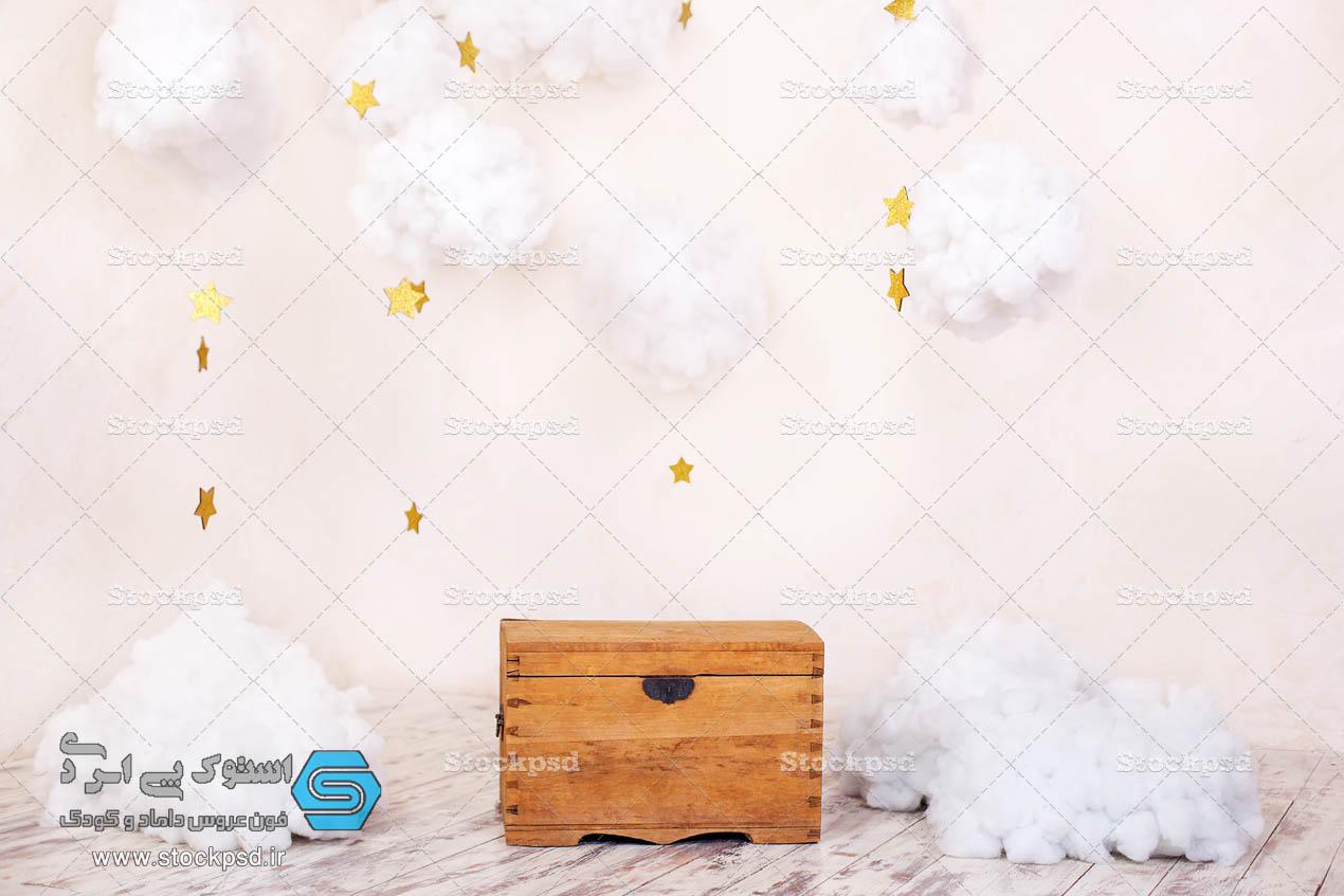 بک گراند آتلیه کودک با صندوق چوبی و ابر